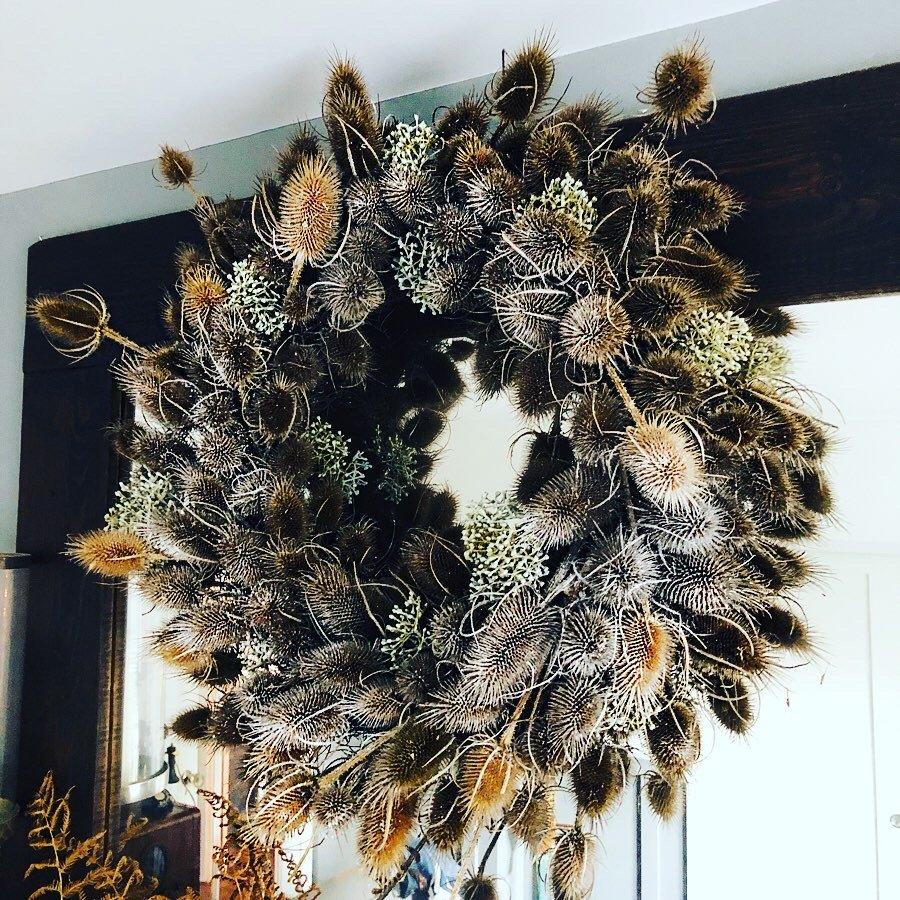 Christmas teasel wreath and mantle display No jp Clark @jpslifeandloves jpslifeandloves.com